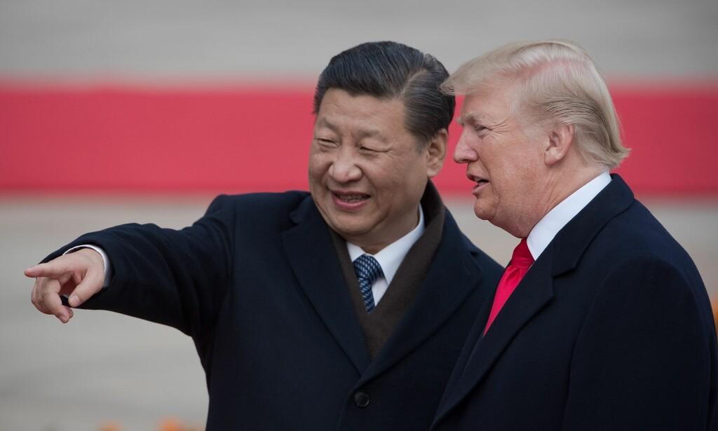 VISER VEI: Kinas president Xi Jinping og Donald Trump under Trumps besøk til Kina for et år siden. Da var de gode venner. Foto AFP / NTB Scanpix
