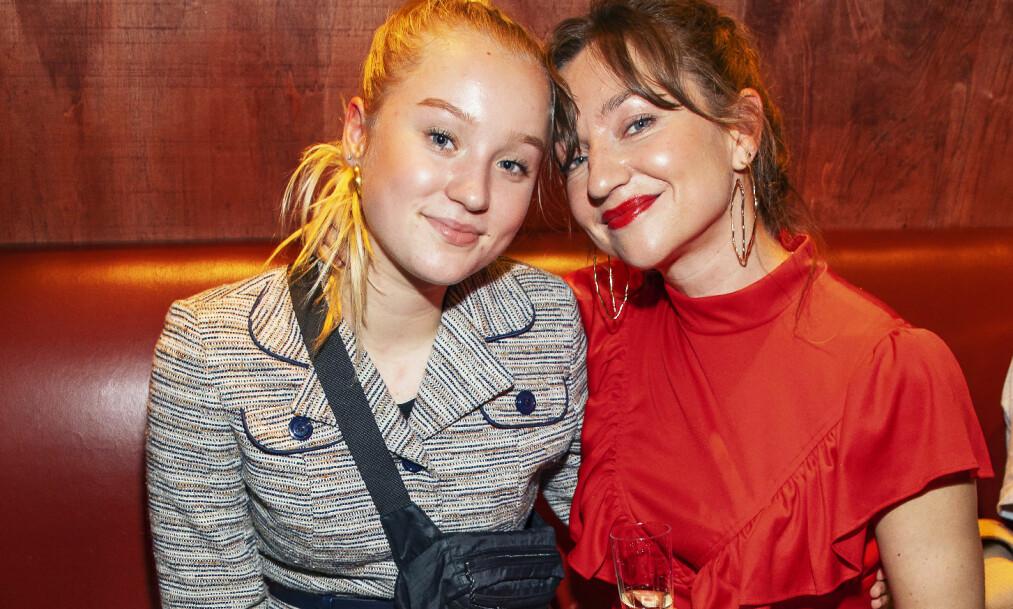 NÆRT FORHOLD: Lucia er ofte med mamma Andrea Bræin Hovig på premiere. Andrea skal spille inn filmen «Håp» i 2019, sammen med Stellan Skarsgård. Foto: Tor Lindseth/ Se og Hør