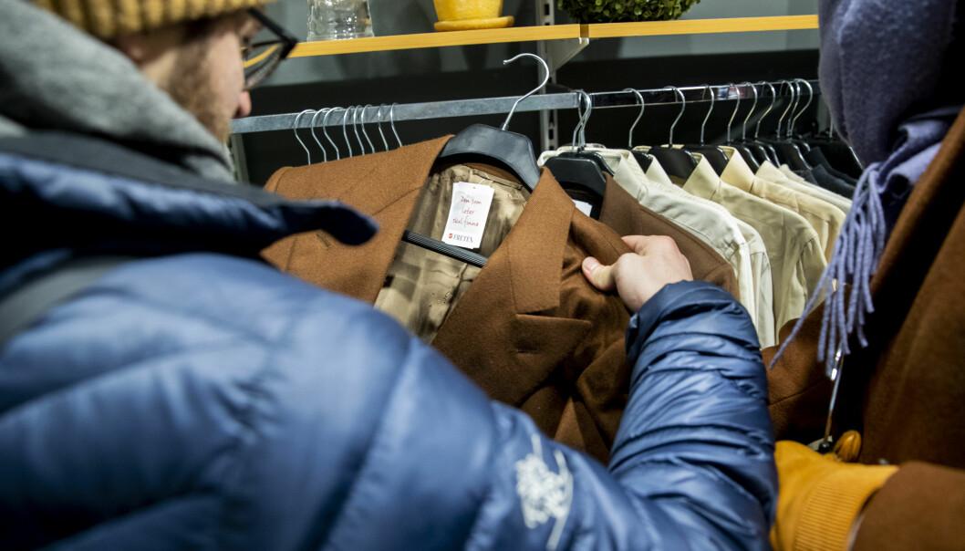 STOR VERDI: Fretex på Majorstuen i Oslo solgte tirsdag italienske, skreddersydde dresser i kasjmir og ull. Dressene var donert av en anonym giver og hadde en verdi på mange hundre tusen. Foto: Tore Meek / NTB scanpix