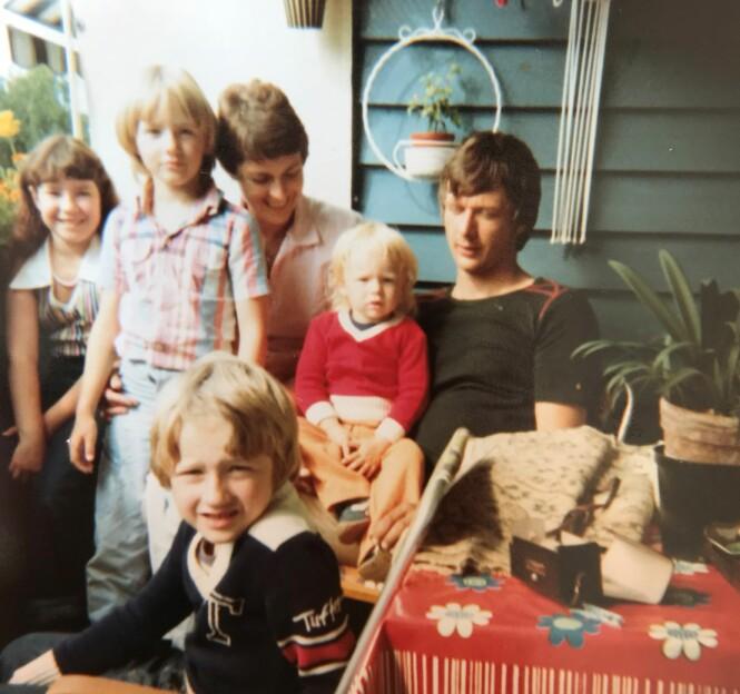 FAMILIEIDYLLEN SOM BRAST: Bodil og Sverre Kirkemo fikk barna Kristin, Ole Robert (foran) og Synøve (på pappas fang) sammen. Fra før hadde Bodil datteren Veronica (t.v.). FOTO: Privat / Monster / NRK