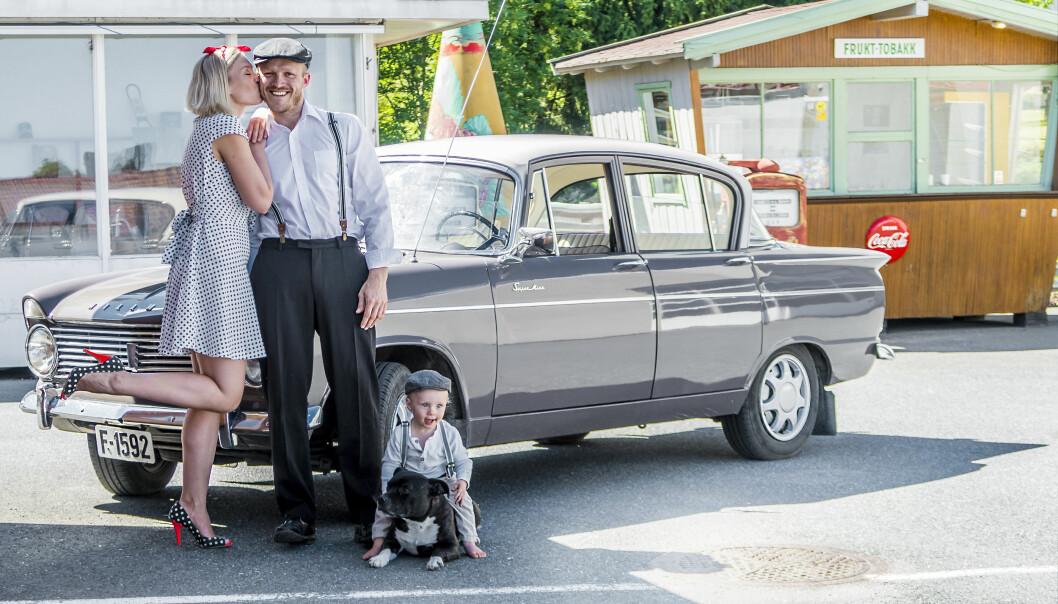 <strong>TIDSRIKTIG:</strong> Storebror Nils Halvard og hans samboer Sara og lille Oskar får innimellom låne Martes flotte Hillman. Foto: Inger Nedberg