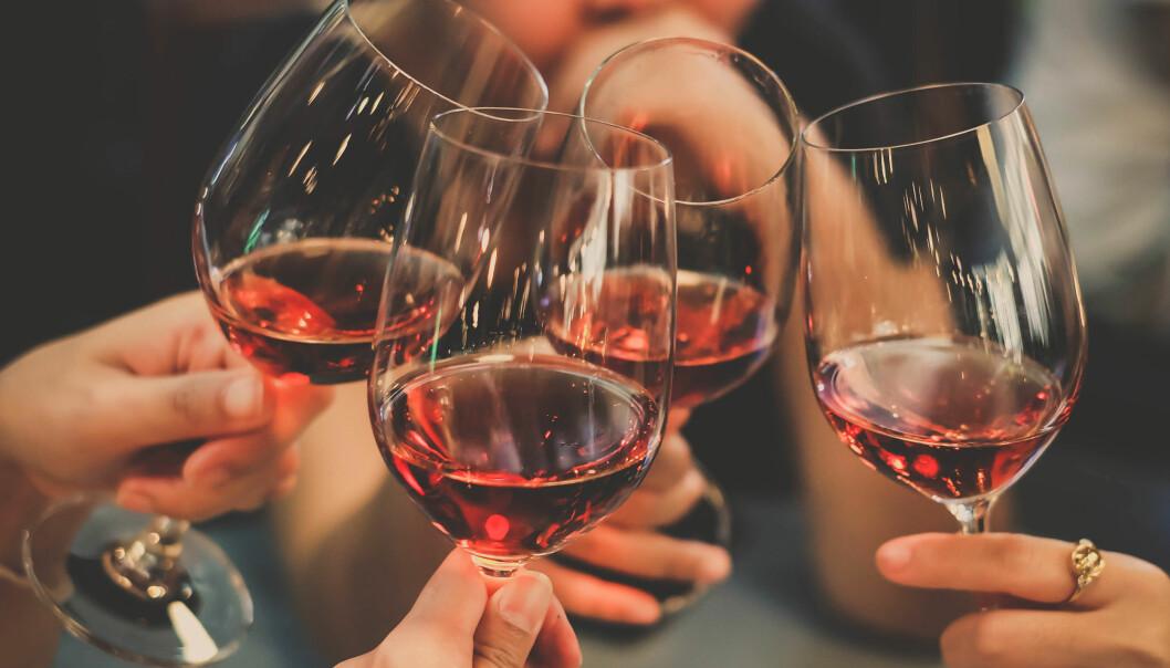 <strong>ALKOHOL:</strong> Et glass rødvin passer til mange anledninger, men kanskje ikke alle. Foto: Shutterstock