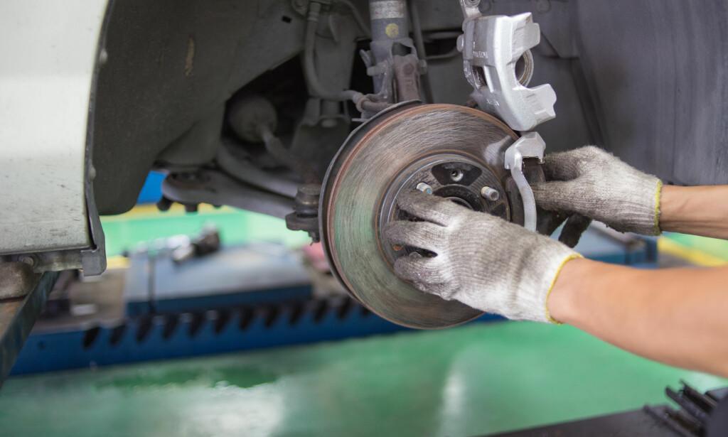 DYRERE? Hva vil det koste å utføre arbeid på elbilen etter at garantien har gått ut? Foto: Shutterstock/NTB Scanpix