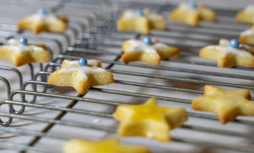 JULESTJERNER: Små stjerner passer godt både på kakefatet og som dessert- og kakepynt.