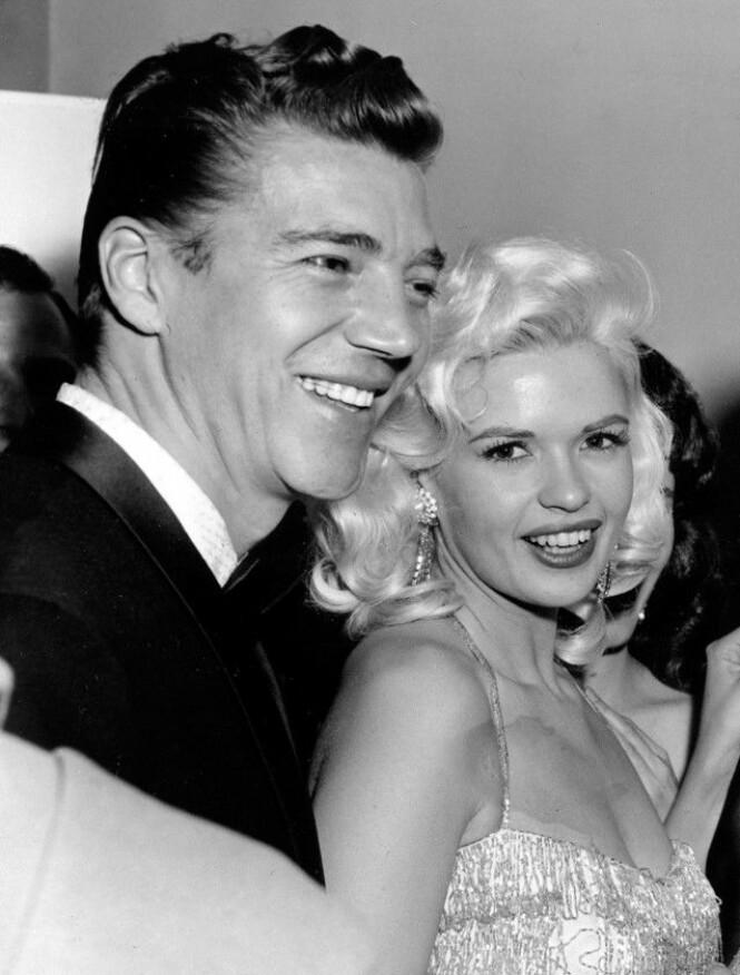 <strong>IKON:</strong> Jayne Mansfield tok Hollywood med storm før sin brutale død. Her er hun og hennes andre ektemann, Mr. Universe-vinner Mickey Hargitay, fotografert i 1957. Foto: NTB scanpix