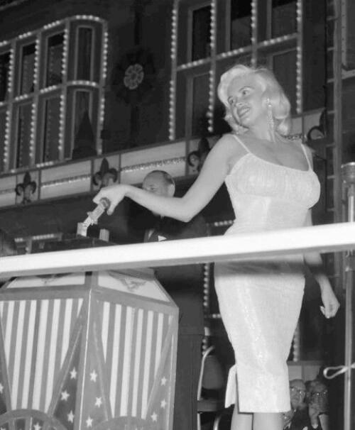 <strong>PÅ BESØK:</strong> I 1959 besøkte Mansfield England. Her er hun fotografert i Blackpool, elegant som alltid. Foto: AP, NTB scanpix