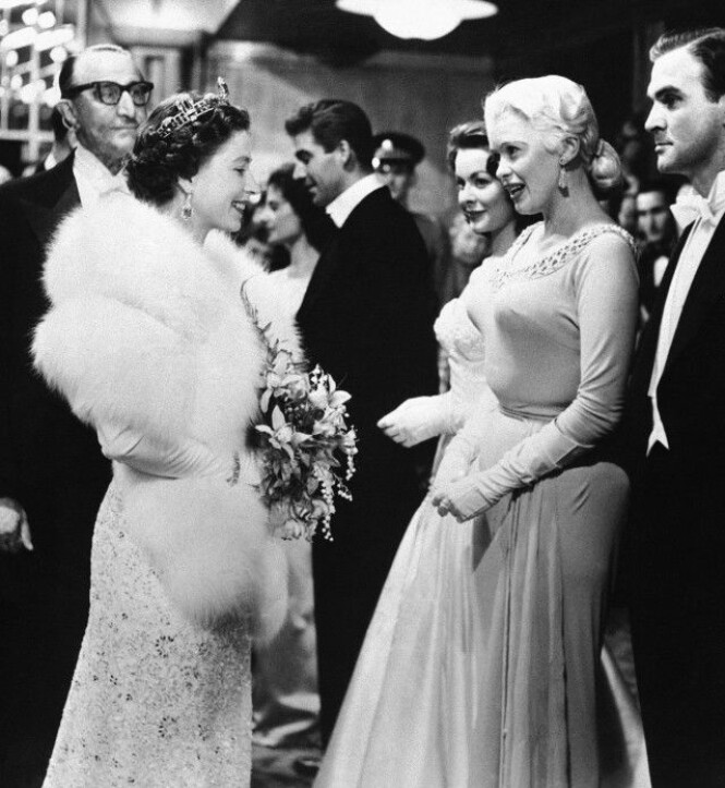 <strong>DRONNINGMØTE:</strong> At Jayne Mansfield møtte dronning Elizabeth i 1957, sier mye om statusen hennes i Hollywood på den tiden. I magasinene på den tiden sto det at Mansfield hadde valgt en mer anstendig kjole enn normalt, slik at dronningen ikke skulle bli fornærmet. Foto: AP, NTB scanpix