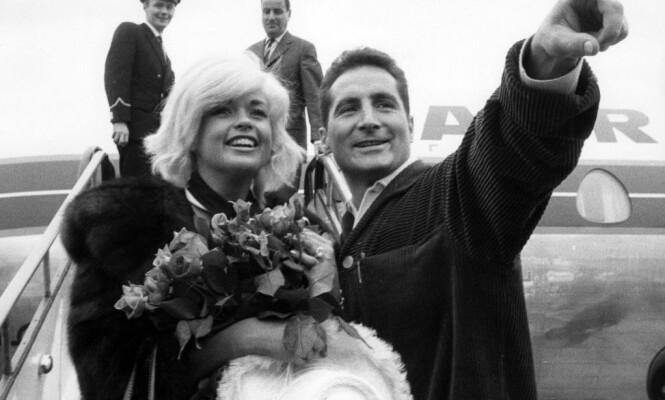 <strong>FILMSTJERNE:</strong> i 1963 spilte hun i musikalen «Homesick for St. Pauli», som ble filmet i Hamburg. Her ankommer hun Tyskland, sammen med skuespiller Freddy Quinn. Foto: NTB scanpix
