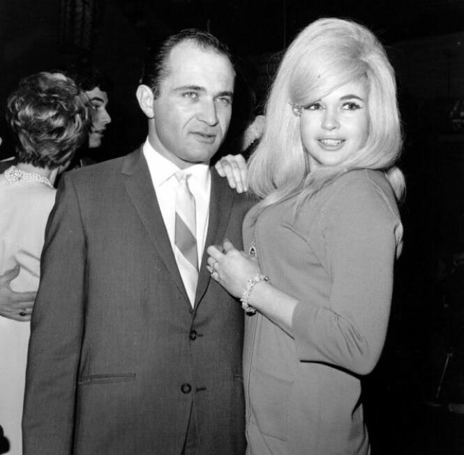 <strong>SKANDALE:</strong> Etter tre ekteskap, begynte Mansfield å date advokaten sin - Samuel Brody. Her er de to fotografert i 1967. Brody hadde blant annet vært ansvarlig for flere av skilsmissene hennes, noe som pressen spiste opp. Foto: NTB scanpix