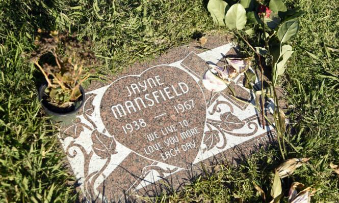<strong>LITEN GRAV:</strong> Flere skal angivelig ha blitt sure for at Mansfield ble gravlagt i Pennsylvania, og ikke i California. Foto: NTB scanpix