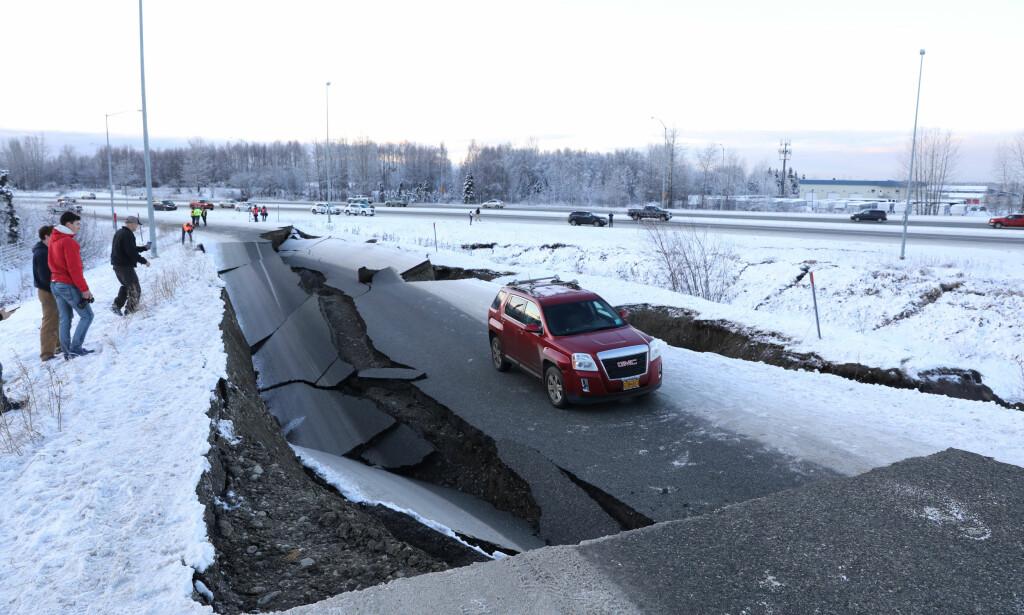 JORDSKJELV-KOLLAPS: Hit, men ikke lenger kom denne bilen etter jordskjelvet utenfor storbyen Anchorage i Alaska fredag midt på dagen. Foto: Nathaniel Wilder, AP/NTB Scanpix.