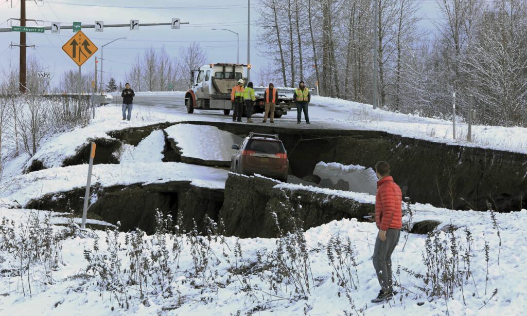 BRÅSTOPP: Hit kom denne bilen på veien mot den internasjonale flyplasssen i Anchorage. Dan Joling, AP/NTB Scanpix.