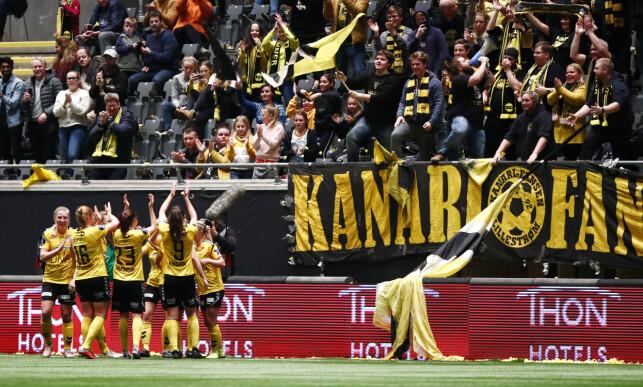 GUL EKSTASE: LSK-jentene hadde flott støtte fra fansen. Foto: Terje Pedersen / NTB scanpix