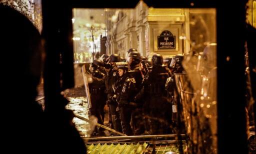 OPPRØRSPOLITI: Fransk opprørspoliti er utplassert i stort antall i Paris, der de lørdag har havnet i voldsomme kamper med rasende demonstranter. Foto: AFP / NTB Scanpix