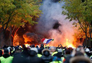image: «Paris er som en krigssone»: - Demonstranter stjal automatgevær fra politiet