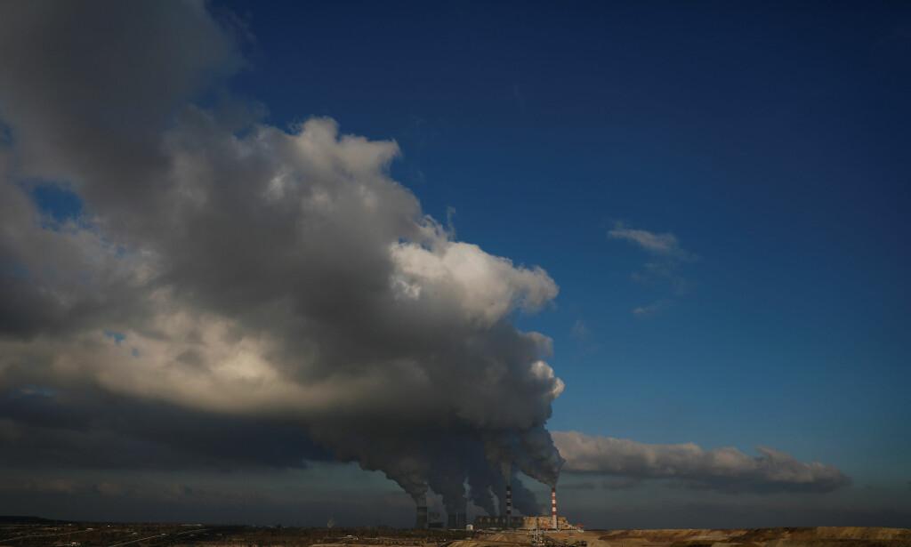 KLIMAKONFERANSE I POLEN: Utslipp fra Europas største kullfyrte kraftverk i Belchatow i Polen, 160 kilometer nord for Katowice, der FNs kilmatoppmøtet starter i dag. Foto: Kacper Pempel, Reuters/NTB Scanpix.
