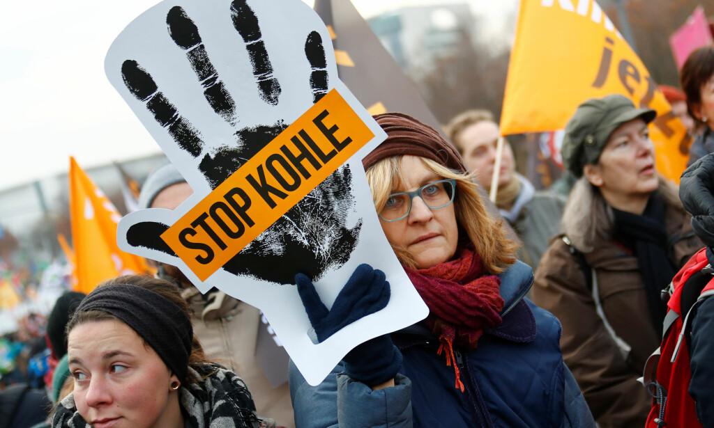 STOPP KULL: Miljøaktivister markerte seg i Berlin lørdag foran klimakonferansen i Polen. Foto: Fabrizio Bensch, Reuters/NTB Scanpix.