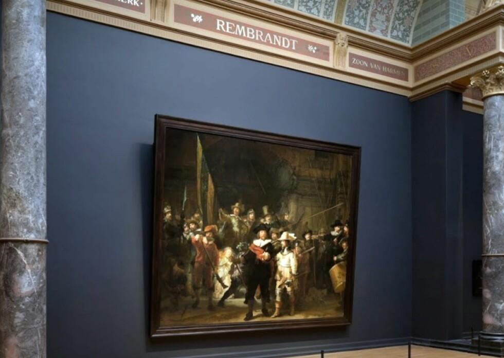 DRAMATISK OG DEMOKRATISK: «Nattevakten» henger på permanent æresplass sentralt i Amsterdams Rijksmuseum. Nå skal bildet gjennom en omfattende restaurering, som vil bli gjort tilgjengelig for publikum på spektakulært vis. FOTO: RIJKSMUSEUM