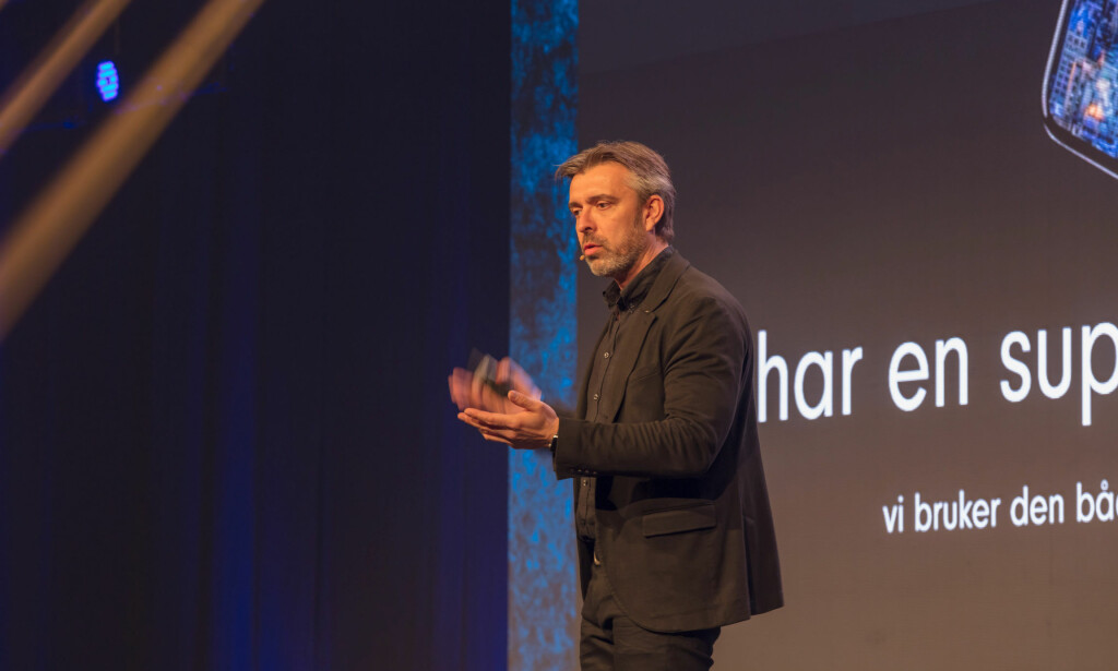 TEKNO-INTERESSERT: Hansen, som beskriver seg som over gjennomsnittet opptatt av ny teknologi, har holdt foredrag om «livet med chip». Foto: Sven-Erik Knoff / Fotoknoff