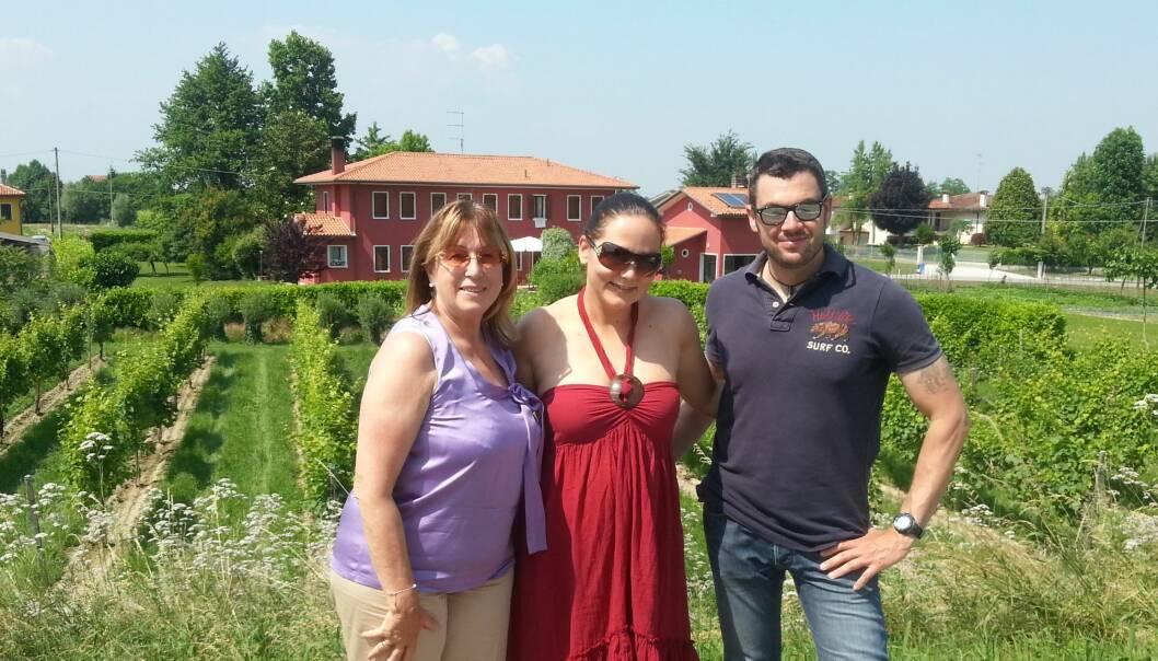 I ITALIA: Constance på besøk hos de italienske vinprodusentene. Foto: Privat.