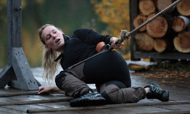 BLOD, SVETTE OG TÅRER: Tautrekkings-konkurransen ble mildt sagt en smertefull opplevelse for Lene Sleperud (29), som likevel gikk seirende ut. Foto: Alex Iversen / TV 2