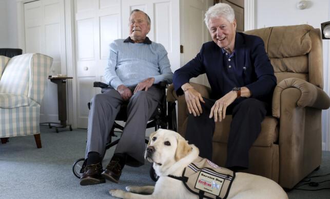 STORFINT BESØK: Første uka Sully var på jobb fikk han og sjefen besøk av en annen tidligere president, Bill Clinton. Foto: AP / NTB Scanpix