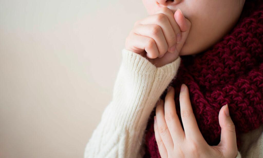 TEGN PÅ INFEKSJON? Slimhoste og tørrhoste kan begge være tegn på infeksjon, men det finnes også andre årsaker. Foto: NTB Scanpix/Shutterstock.