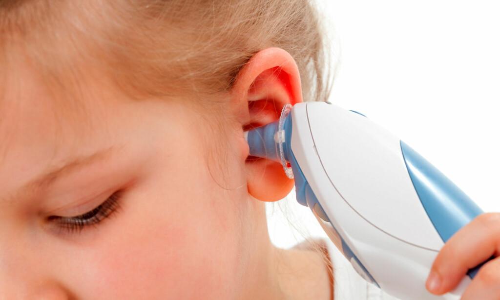 HAR BARNET FEBER? Et øretermometer gir deg raskt svar. Men husk at det kan vise feil. Mål i begge ører. Får du samme resultat? Foto: NTB Scanpix/Shutterstock.