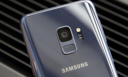 KAN FORSVINNE: På Galaxy S9 er fingeravtrykksleseren plassert på baksiden. På S10 kan den bli innebygd i skjermen i stedet. Foto: Richard Drew/AP Photo/NTB Scanpix