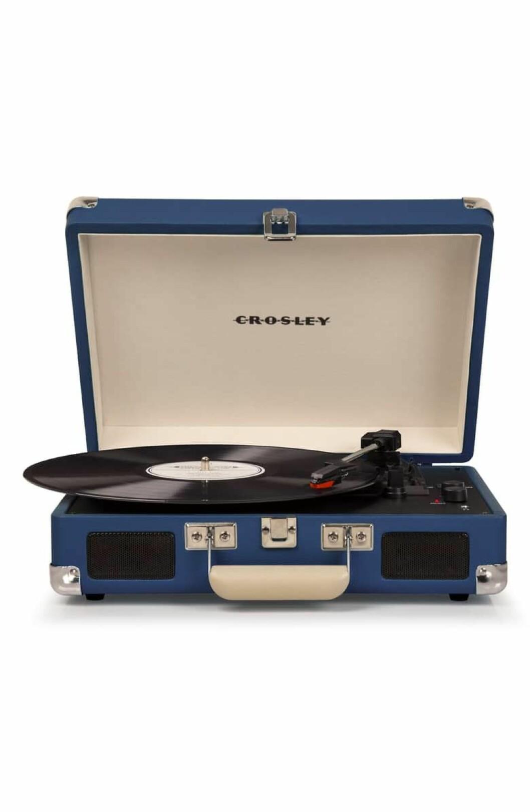 Cruiser Deluxe Turntable fra Crosley Radio |644,-| https://shop.nordstrom.com/s/crosley-radio-cruiser-deluxe-turntable/4644933?siteid=tv2R4u9rImY-mYt2x8kEa8KuQR3qWp.VWA&utm_source=rakuten&utm_medium=affiliate&utm_campaign=tv2R4u9rImY&utm_content=1&utm_term=593370&utm_channel=affiliate_ret_p&sp_source=rakuten&sp_campaign=tv2R4u9rImY