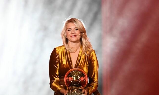 HISTORISK: Ada Hegerberg med beviset på at hun er vinner av Gullballen. Foto: FRANCK FIFE / AFP / NTB Scanpix