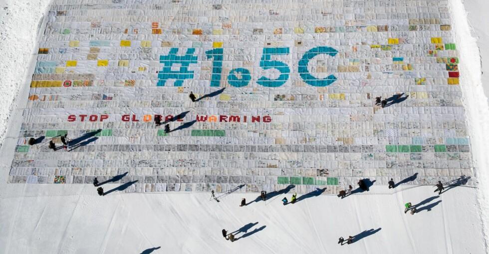 POSTKORT MOT OPPVARMING: Et kollasj av 125 000 tegninger og tekster fra barn fra hele verden ble nylig lagt ut på isbreen Aletsch i Sveits, i forkant av det pågående klimatoppmøtet i Polen. Foto: Fabrice Coffrini / AFP / NTB Scanpix