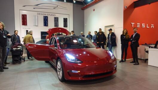 Nå kan alle bestille Tesla Model 3