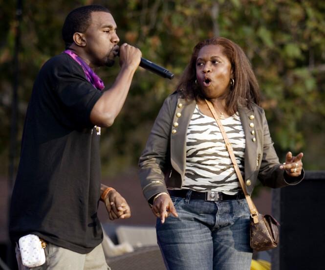 <strong>MOR OG SØNN:</strong> Kanye West og moren Donda West skal ha hatt et svært nært forhold. Her avbildet sammen under en opptreden i 2006. Foto: NTB scanpix