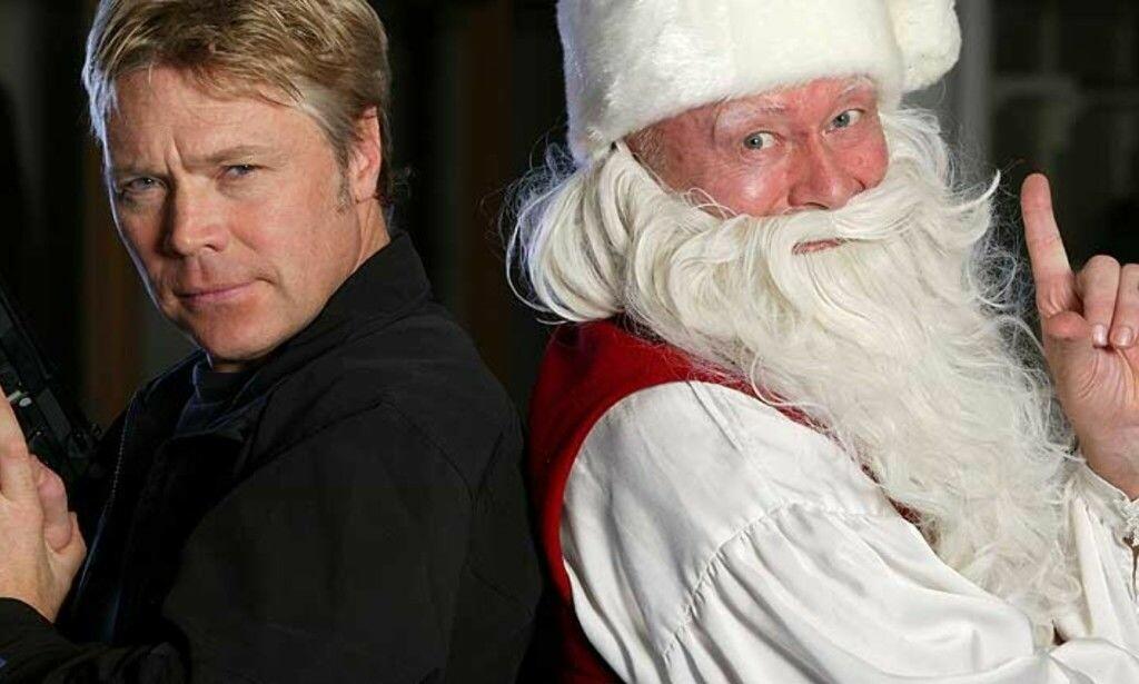 THRILLER: Kim Haugen spiller agenten John Buer som må redde julenissen, spilt av Nils Ole Oftebro Foto: TV 3