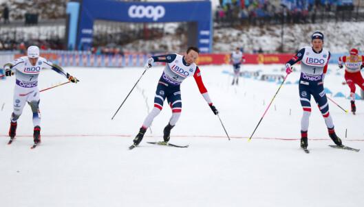 TAPTE SPURT: Calle Halfvarsson i duell med Emil Iversen og Johannes Høsflot Klæbo under sprinten på Lillehammer. Alle tok seg videre til semifinalen. Foto: NTB Scanpix
