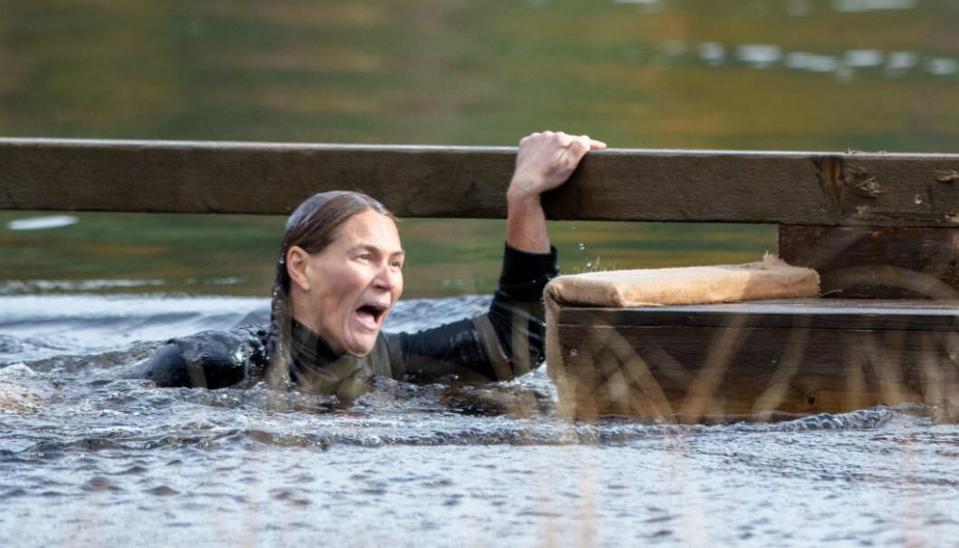 FIKK SJOKK: - Det er sikkert mange som har gledet seg til å se dette øyeblikket, forteller Dineke Polderman, som beskriver møtet med vannet som en «helt jævlig opplevelse». Foto: Alex Iversen / TV 2