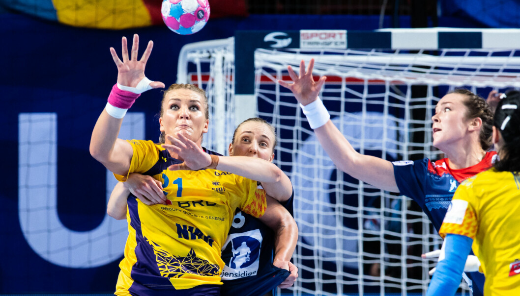 <strong>STERK:</strong> Romanias Crina-Elena Pintea ble for vanskelig å stoppe for norske håndballjenter. Foto: Fredrik Varfjell / Bildbyrån