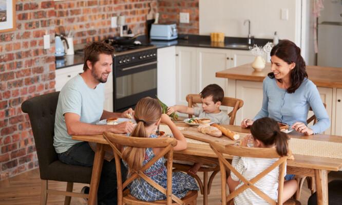 IKKE SULT DEG: - Du skal ikke sulte deg ned i vekt, det handler om å få en sunn livsstil som du kan videreføre til barna dine. FOTO: NTB Scanpix