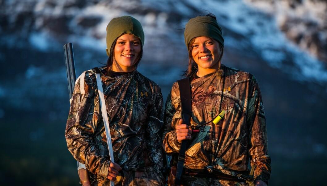 BARSKE DAMER: Tvillingene Johanne og Kristine Thybo Hansen (27) har vist oss at de har bein i nesa, og tar en utfordring på strak arm. FOTO: Vidar Nordli-Mathisen