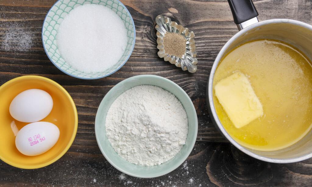 DET DU TRENGER: Her er det du trenger for å lage krumkaker: 2 egg, 100 gram av mel, smør og sukker. Og så en teskje kardemomme.