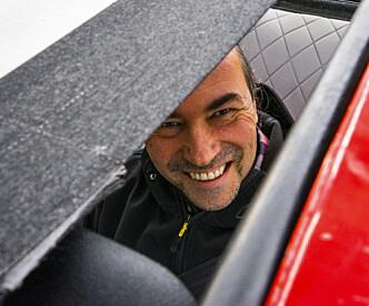 <strong>IKKE TETT:</strong> - Skal du vaske den, må alt av tepper og matter ut av bilen, slik at den tørker. Det hjelper ikke at taket er tett når resten av bilen lekker som en sil, gliser eieren André Pisani. Foto: Paal Kvamme