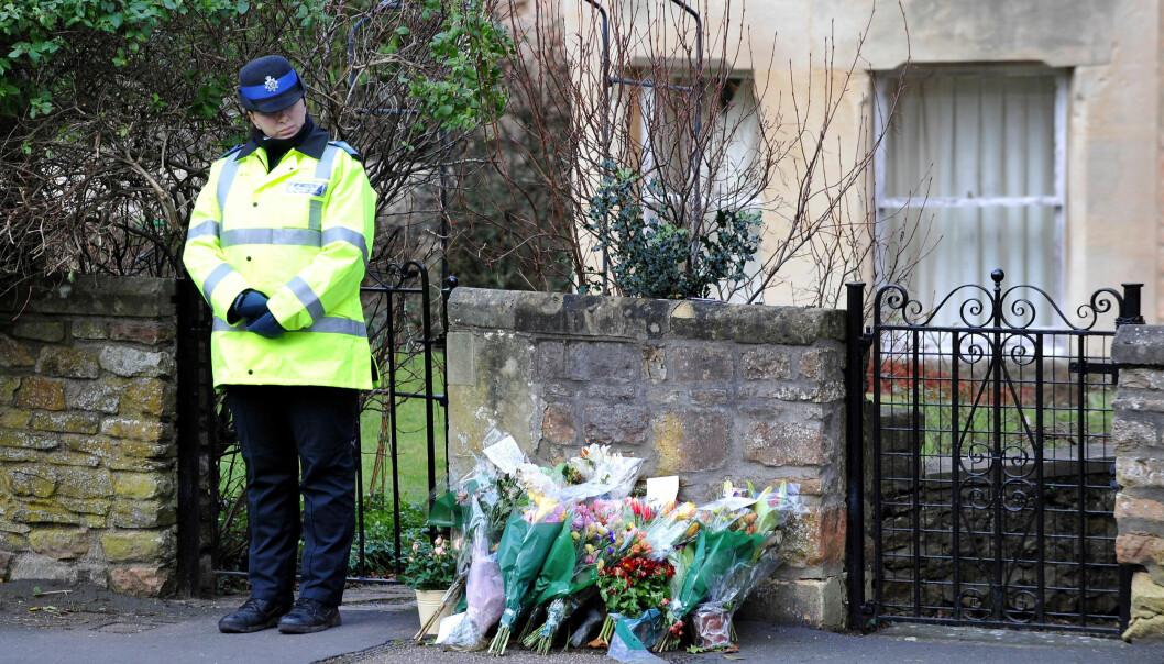 I SORG: Flere sørgende hadde lagt ned blomster utenfor leilighetskomplekset der drapsofferet Joanna Yeates og kjæresten Greg Reardon bodde i Clifton i England. FOTO: NTB Scanpix