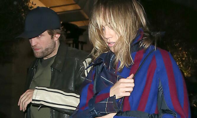 FLØRT: Robert Pattinson og Suki Waterhouse har foreløpig ikke bekreftet romansen seg mellom, og gjør sitt beste for å være inkognito når de er ute sammen – som på dette bildet. FOTO: Scanpix