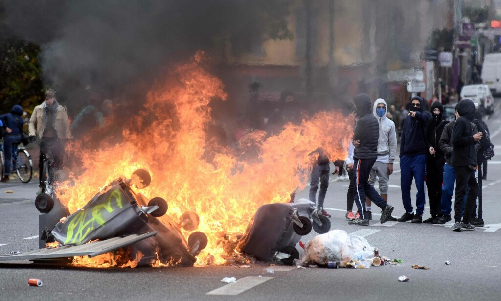 OPPTØYER: Unge demonstranter bivåner søppelkasser i brann i Toulouse torsdag 6. desember.Foto: Remy Gabalda / AFP)