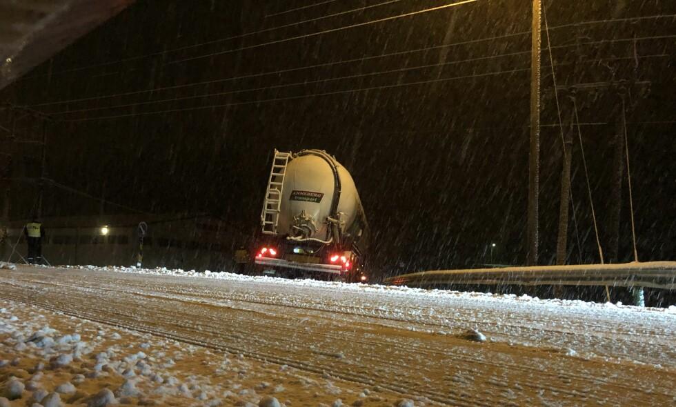KJØR UT: Enda et vogntog kjørte av veien ved Hobøl i Østfold torsdag kveld. Foto: Tor Aage Hansen.