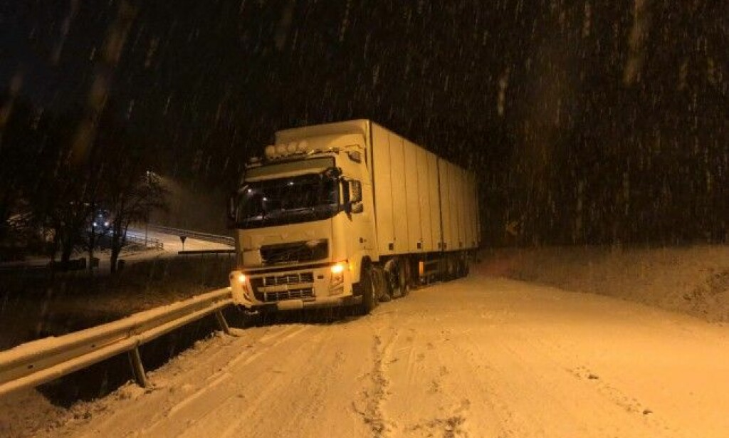 SPERRER: Glatte veier førte til trafikale problemer på veiene torsdag. Dette vogntoget sperret veien i Hobøl i Østfold. Foto: Tor Aage Hansen