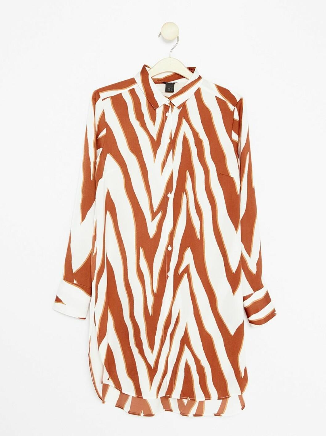 Skjorte fra Lindex |399,-| https://www.lindex.com/no/dame/nyheter/7824228/Lang,-moenstret-bluse/