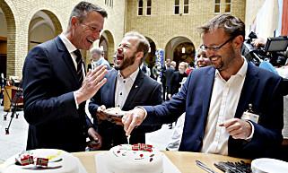 FEIRET: Aps Terje Lien Aasland og Heikki Holmås (SV) feiret med kake sammen med Jon Evang (t.h.) fra miljøstiftelsen Zero, da det ble gjennomslag for å elektrifisere Utsirahøyden i 2014. Foto: Marte Christensen / NTB Scanpix