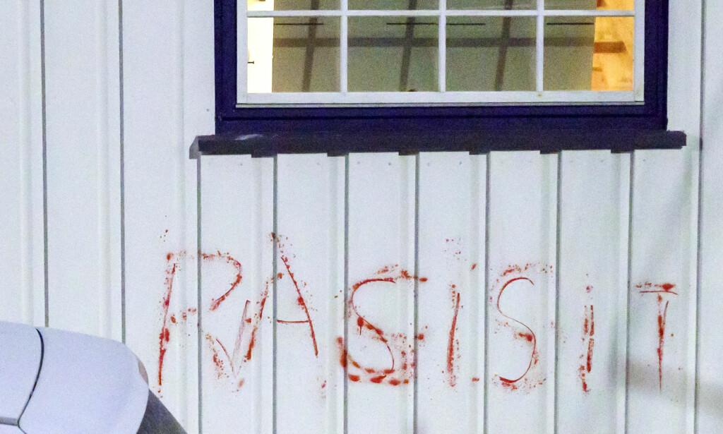 """ANGREP: Ordet """"Rasist"""" ble tagget på en bil og på huset til justisminister Tor Mikkel Wara denne uka. «Siste med Marie Simonsen» undersøker i ukas podkast hvilken sammenheng angrepet har med en teaterforestilling nesten ingen har sett. Foto: Cornelius Poppe / NTB scanpix"""